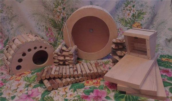 Деревянные изделия в клетке зверька